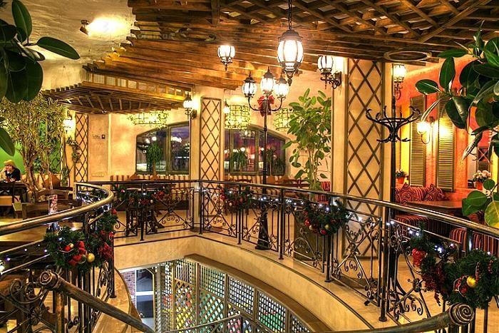 """Хороший итальянский ресторан. Выгодно отличается от всяких """"Мафий"""" и тому подобного. Классный интерьер, уютная обстановка. Есть летняя площадка. Пиццу делают на дровах. Средний счет на двоих - 400 грн. Пицца - 80-100 грн. Цены на лето 2011 г."""