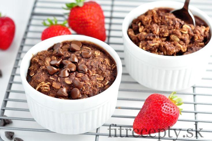 """Spestrite si ráno touto vynikajúcoupečenou """"brownie"""" kašou. Nielenže je extrémnechutná, no je aj zdravá a plná vitamínov a minerálov.Verím, že vďaka takýmto raňajkámsa budete ráno tešiť von z postele ;) Ingrediencie (na 2 porcie): 1 hrnček ovsených vločiek 1 hrnček mlieka (ľubovoľného) 4 PL múky (ľubovoľnej) 2 PL kakaa 2 PL medu kúsky tmavej čokolády […]"""