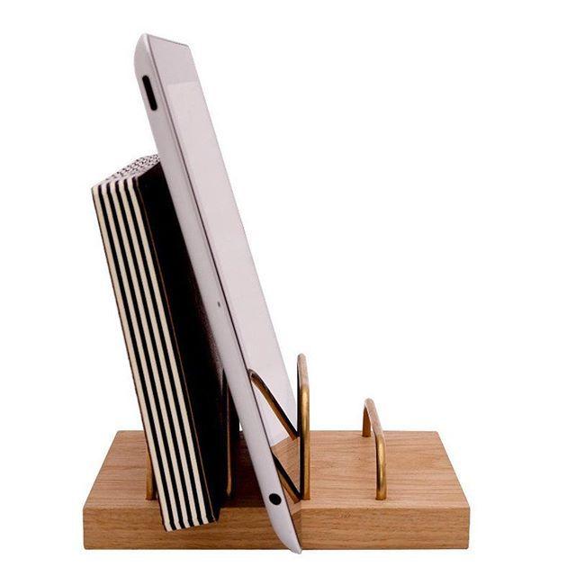 De BRASS-DOCK van dot_aarhus met messing buizen is een van de nieuwe producten in de shop. De elegante houder voor je iPad, telefoon of papieren is geïnspireerd door de jaren '60. Super stijlvol en stoer! #kantoor #ipadhouder #homeoffice #thuiskantoor #deensdesign #byjensen