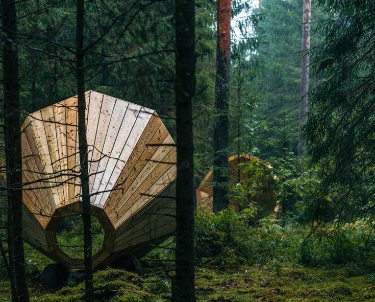 """Les étudiants de l' """"Estonian Academy of Arts"""" ont imaginé et réalisé ces troismégaphones géants d'un diamètre de trois mètres, qui permettent d'amplifier"""