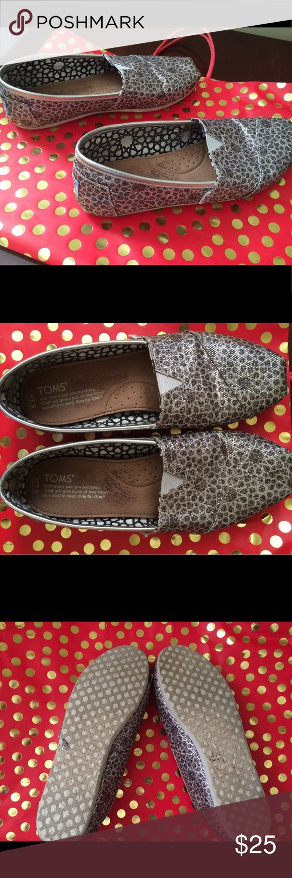Cute Sparkly Leopard Toms Shoes Size 7.5. In great condition. There is a tiny inspection near the heel of the right shoe ( see pic ). Toms Shoes Flats & Loafers