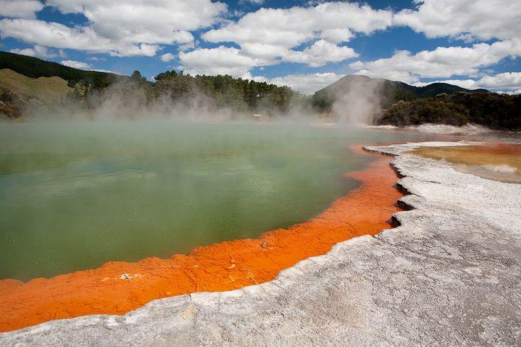 Új Zéland  Pezsgőmedence  A vulkáni utóműködés által kialakított Wai-o-Tapu parkban mintha a pokol belső bugyrait vetette volna ki magából a Föld. A mélyedésekből és vájatokból savanyú gázok törnek elő, egyik alján szürke leves gőzölög, a másik hihetetlenül szövegkiemelő-zöld. A Pezsgőmedence, egy sárga karimájú, fortyogó, zöld őskoktél. Átmérője 65, mélysége 62 méter, vize pedig 73 fokos.