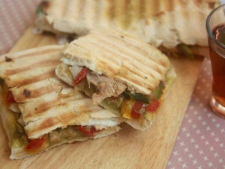 recette de cuisine panini au poulet, pesto et poivron grillé