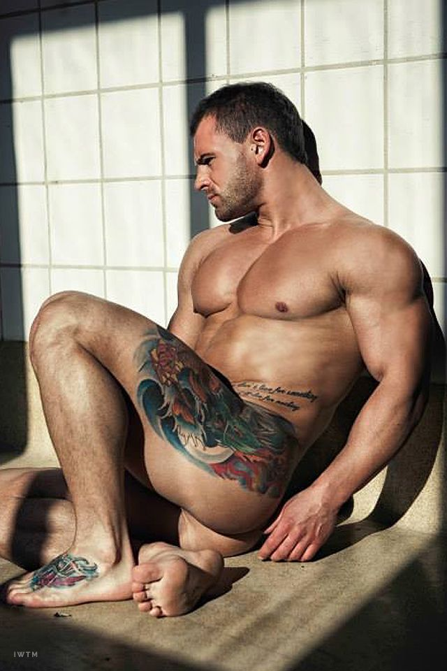 Handsome tattooed guy naked — img 3