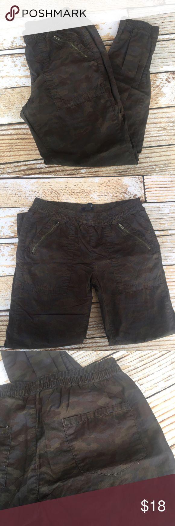 "Gap camo jogger pants size small Gap camo jogger pants size small. I honestly don't know if these are women's or men's. When flat: inseam 27.5"" rise 10"" waist 15.5"" GAP Pants Track Pants & Joggers"