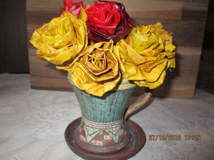růžičky vytvořené z podzimního spadaného listí