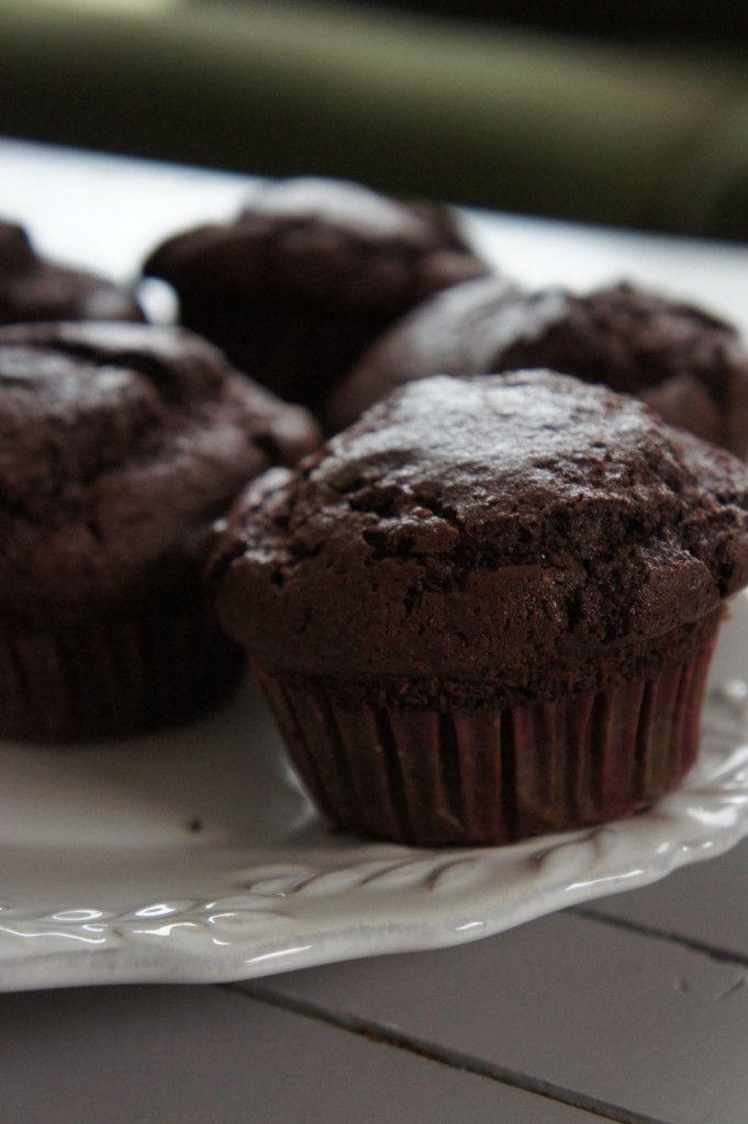 De meeste mensen denken niet aan rode bieten wanneer ze chocolade muffins maken, maar het is serieus erg lekker. Het maakt het geheel lekker smeuïg en de b