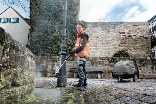 """Um Unkraut auf Gehwegen und an Gebäuden schonend und effizient zu entfernen, hat Kärcher das neue Zubehör """"Weed Control"""" für seine Heißwasser-Hochdruckreiniger im Programm.  l"""