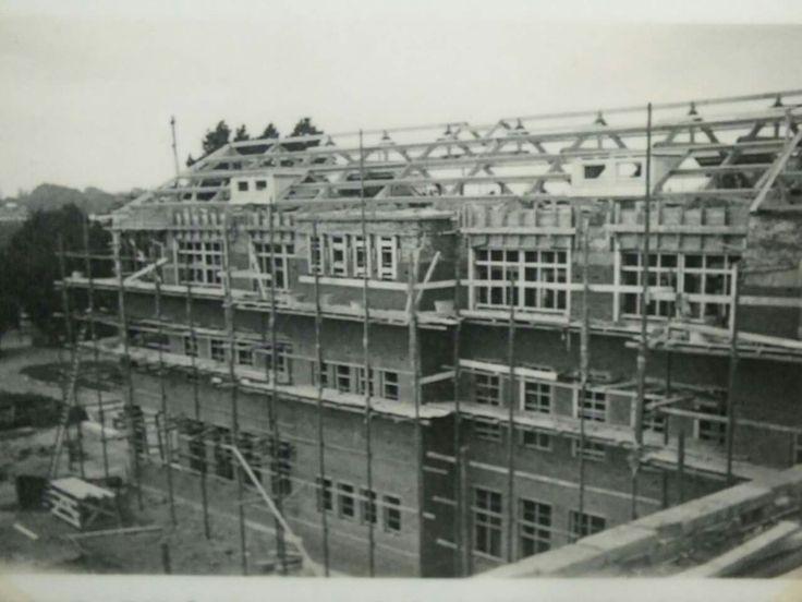 Werkfoto genomen tijdens de bouw van het Sint Geertruiden gasthuis of ziekenhuis. De bouw van het ziekenhuis is begonnen in augustus 1938. Deze foto is genomen op 19 juni 1939. In 1940 werd het ziekenhuis opgeleverd.