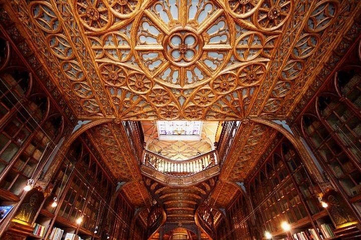 A pintura da tecto do rés do chão é a original, tendo sido apenas lavada em 1994 ! Não é madeira, mas sim gesso pintado; faziam boas tintas no principio do século passado......