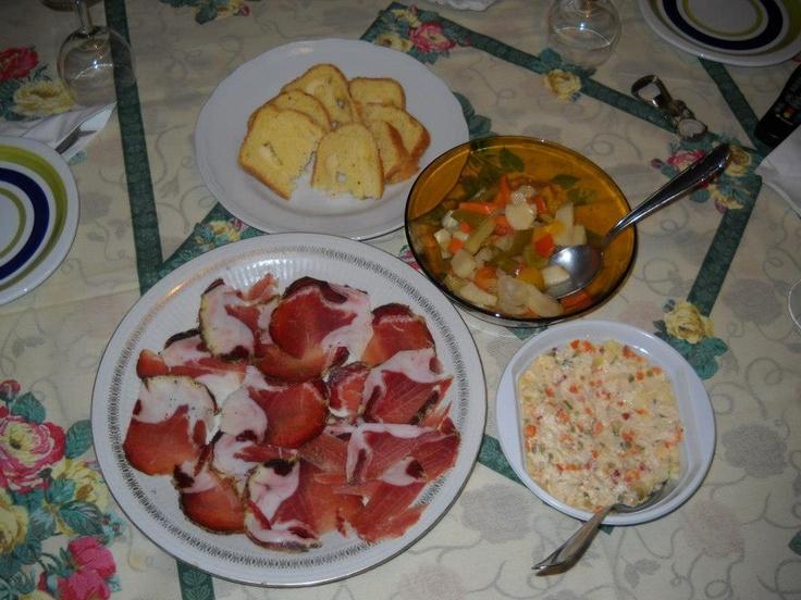 LONZINO STAGIONATO, PIZZA DI FORMAGGIO, INSALATA RUSSA CON POLLO & GIARDINIERA FATTA IN CASA  http://laborlimae.tumblr.com/