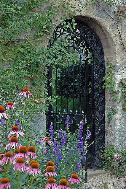 Pretty Plant Combinations   Old Gate In Oxford Botanical Gardens, England