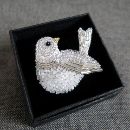 Broche Oiseau Brodé Blanc Argenté - Broderie Haute-Couture - Lunéville - Bijou textile