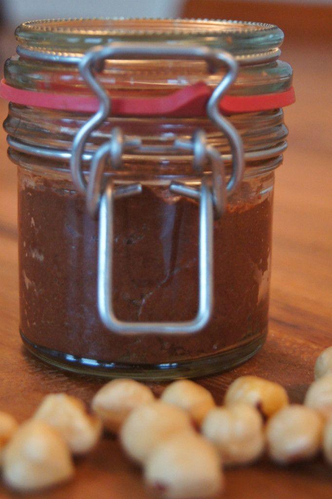 Gezonde en Suikervrije Chocoladepasta maak je heel gemakkelijk zelf. In 5 minuten staat er super lekkere en gezonde chocoladepasta in je koelkast. Lees hier