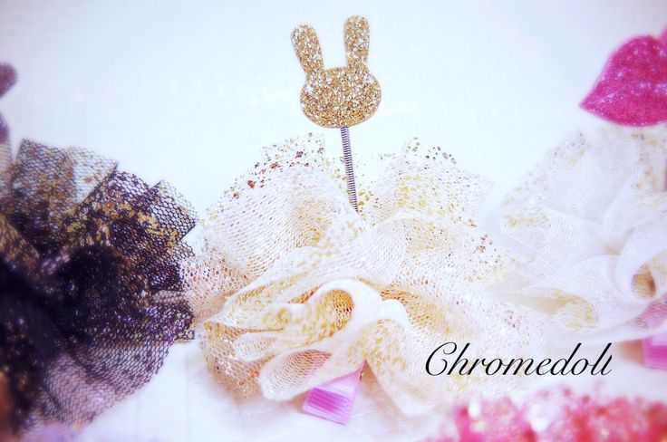 Hair accessories with ivory color mesh and gold glitter. This is unique Item cuz of spring inside. so it is shaking when you moving with it.  Very cute and adorable-