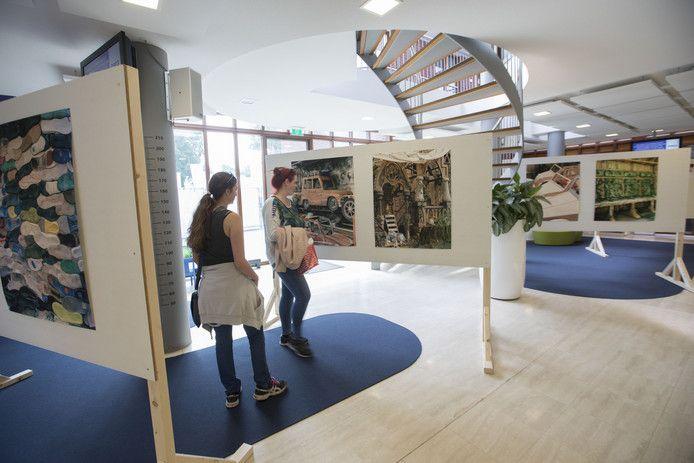 Expositie in het gemeentehuis van Heeze over Brabantsedag. Bezoekers Brabantsedag niet enthousiast over inkorten festival vanaf 2018