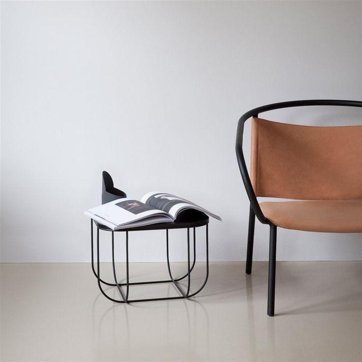 De Menu Fuwl Bijzettafel is een opslagruimte en tafel in één! Ideaal als bijzettafel naast je bank, je favoriete stoel of in je slaapkamer. De stalen mand onder de houten tafel is perfect voor het bewaren van breiwerk, tijdschriften of een plaid!