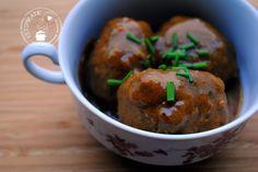 Dit is het recept voor de meest sappige zachte gehaktballen uit de jus. Je maakt ze in de slowcooker of simpel in de stoofpan. Lees snel het recept!