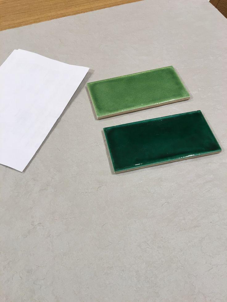 Grå flis til vegg og gulv, Grønne fliser til inne i dusjen. Hvitt ark bare med som kontrast i bildet