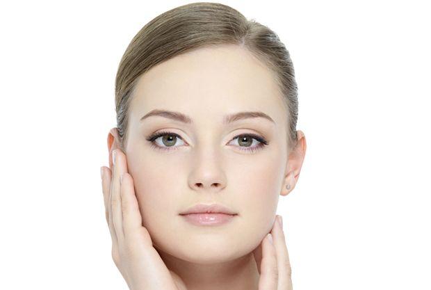 """Cildinizi Gerginleştiren Doğal Maske! Doğal bir antioksidan olan, geçmişte, kadınların """"altın toz"""" diye nitelediği zerdeçal, bir bitki köküdür. Antibakteriyel ve arındırıcı özellikleri olan zerdeçal, yüzü mükemmel olarak temizliyor ve bu zerdeçaldan cildi gerginleştiren maske elde ediliyor."""