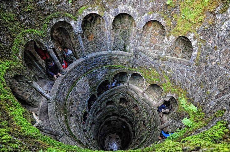 misterioso pozo que simboliza los 9 círculos del infierno en Quinta da Regaleira