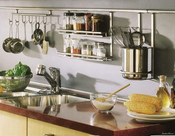 Организация хранения на кухне: нужен рейлинг, чтобы там висело, а не стояло на поверхности.