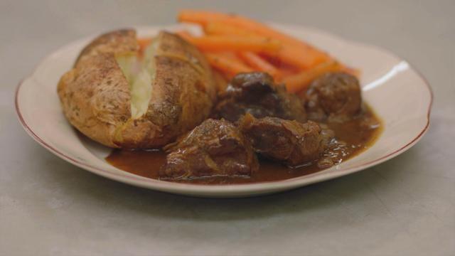 Varkenswangen met oud bruin bier, wortelen en gepofte aardappelen   Dagelijkse kost