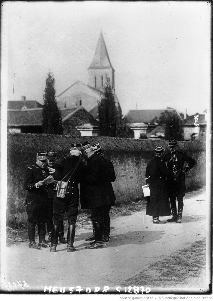 Les généraux Joffre et Castelnau consultant la carte d'Etat-Major : [photographie de presse] / Agence Meurisse | Gallica