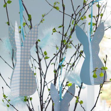 Ostern ohne Hasen? Unvorstellbar. Bei uns hängen die Langohren auch mal gerne in Zweigen herum. #Ostern #Bastelidee #Basteln