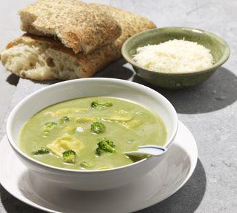 Broccolisoep met ravioli en Parmezaanse kaas