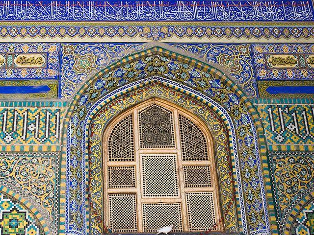 世界には「ブルーモスク」という別称で呼ばれる建物がいくつかあるが、アフガニスタン北部に立つハズラト・アリー廟もそのひとつ。この霊廟は、スンニ派もシーア派も互いに対する敵意を忘れ、ともに敬虔な祈りを捧げるという。