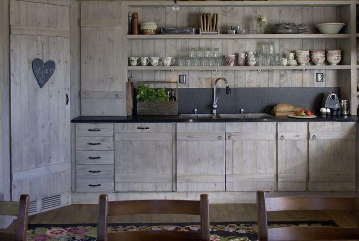 RUSTIKT: Kjøkkenet på denne fjellhytta er beiset i grått. Det har åpne hyller i stedet for overskap, og rommet virker dermed mer åpent.
