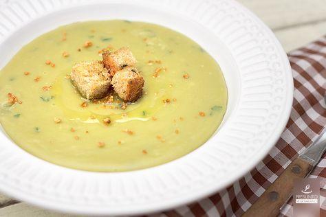 Outra deliciosa opção de caldinho para este tempo frio! O caldinho de ervilhas é super saboroso e nutritivo, e ainda tem esta cor lindona! A margarina, o creme de soja ou leite/leite de coco servem para deixar o caldinho mais cremoso, mas o uso não é obrigatório. Se você preferir, pode usar azeite para finalizar o prato e salpicar alho frito! Ingredientes: 1 e 1/2 xícara (de chá) de ervilha seca 4 xícaras (de chá) de água 1/2 xícara (de chá) de cebola picada 3 dentes de alho picados 2…