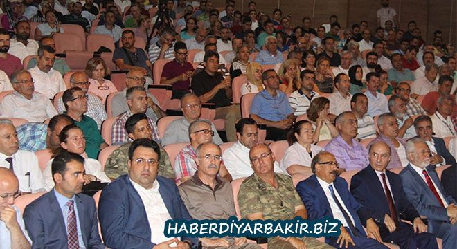 """DİYARBAKIR- Diyarbakır Dicle Üniversitesi tarafından 15 Temmuz darbe girişiminin yıl dönümü dolayısıyla """"Türkiye'de Darbeler ve 1..."""