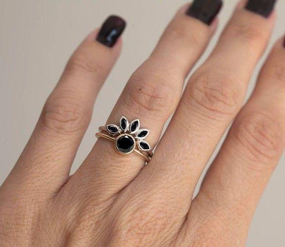 黒いダイヤモンドのリングです。このユニークなクラウン・リングは、ウェディングバンドとしてぴったりです。商品の特徴:❖ 14kソリッドゴールド❖ マルキーズ形のブラックダイヤモンド❖ バンドの幅 1.50…