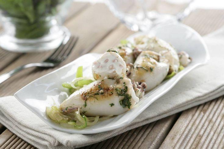 Una deliciosa receta de Chipirones rellenos, que combina el sabor a mar junto con el suave toque del queso philadelphia y la guarnición de piperrada de verduras.