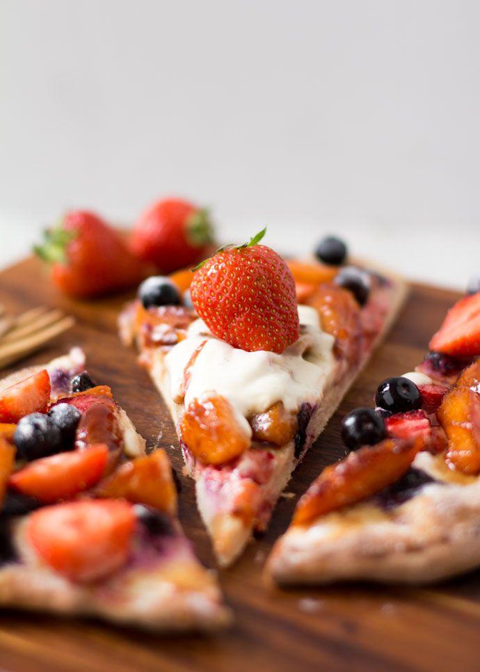Heerlijke variatie op de klassieke Duitse flammkuchen: fruitig en zoet met gekarameliseerde perzikken!