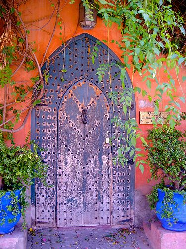 Beauteous #Moroccan door flanked by two potted plants painted Majorelle blue.