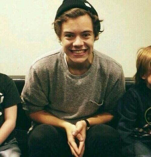 imagine being stuck in an elevator with Harry and your both sitting down... and you look up to see this ....