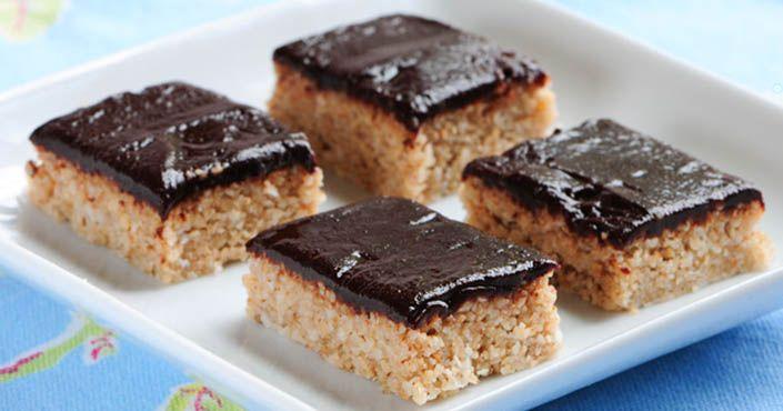 Raw chalva s čokoládovou polevou. Tento skvelý raw recept nie len vynikajúco chutí, ale je aj plný živín, ktoré obsahujú sezamové semienka. Postup, návod