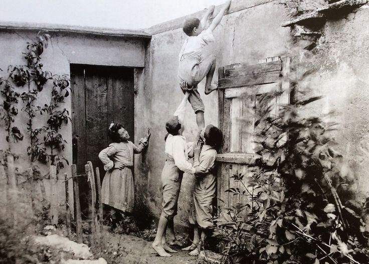 Enfants escaladant un mur ,vers 1900 France .