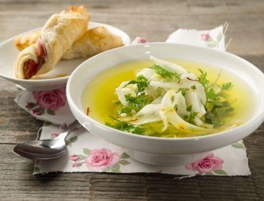 Für die klare Fenchelsuppe zunächst Zwiebel,Fenchel, Karotte und Sellerie grob in Würfel schneiden.Zwiebel und Knoblauch in Olivenöl goldgelb