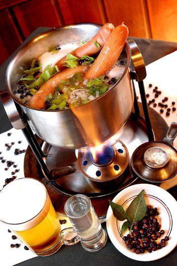 Salsichas alemãs cozidas na cerveja e servidas com salada de batata