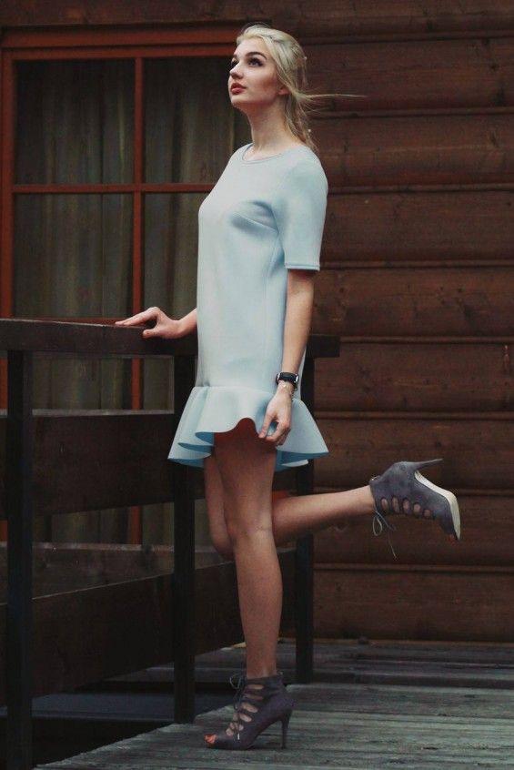 Sukienka z asymetryczną falbanką niebieska