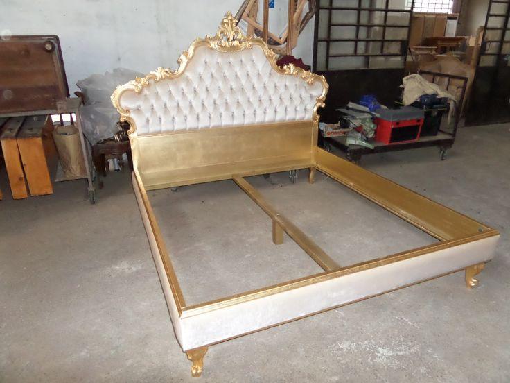 un vero letto in stile barocco, foglia oro  velluto capitonè e giro letto con bordo oro e velluto