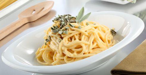 Spaghetti con salsa de queso amarillo