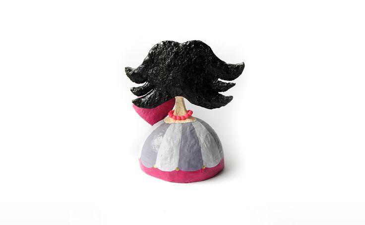 Γλυπτό γυναίκα με μαύρα μαλλιά και φουξ κολιέ - Unbrandit