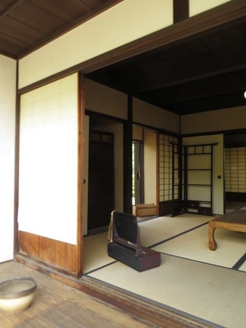Things like the kimono hanger is so familiar to me, too, from my parents' house now gone. Minakata Kumagusu's living room.