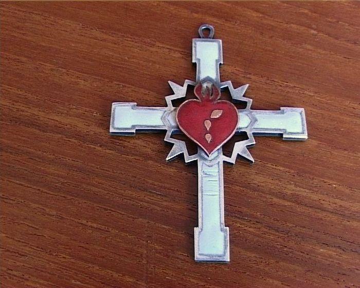 Online veilinghuis Catawiki: Grote zilveren hanger: een kruis met emaille ingelegd (rood hart), exacte ouderdom onbekend.