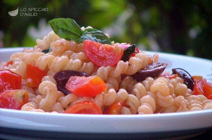 La pasta acciughe e pomodorini è un primo piatto estivo, semplice e saporito, ottimo nelle giornate molto calde poichè il condimento cuoce per pochissimi minuti e la pasta è ottima anche gustata fredda.